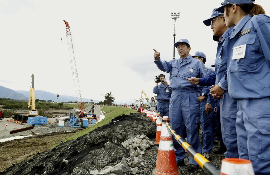台風19号による千曲川の堤防決壊現場を視察する安倍首相=20日午前11時4分、長野市穂保地区