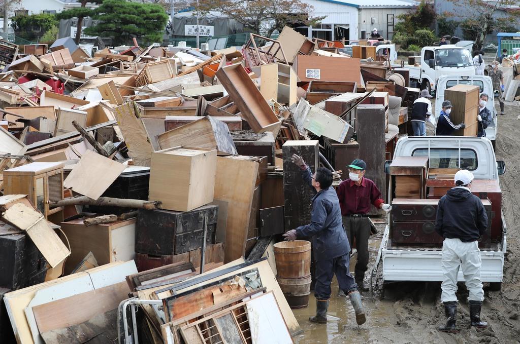 災害ごみが積み上げられた金山小学校の校庭=10月20日、宮城県丸森町(古厩正樹撮影)