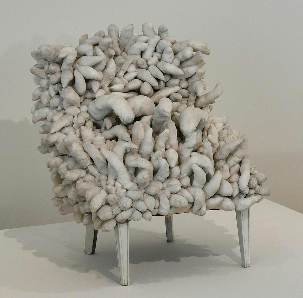 「無題(椅子)」1963年 椅子、詰め物入り縫製布、塗料 93 × 81× 92センチ Sigg Collection (C)YAYOI KUSAMA
