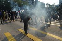 香港で大規模デモ、市民に催涙弾発射