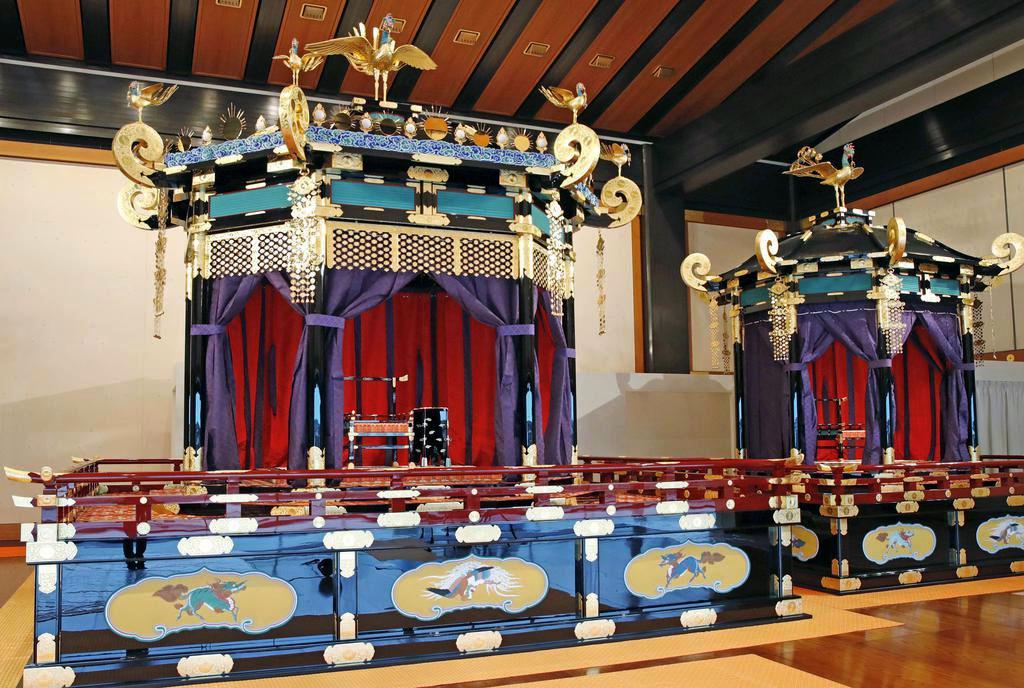 「即位礼正殿の儀」で使われる「高御座」(左)と「御帳台」=19日、皇居・宮殿「松の間」 (代表撮影)
