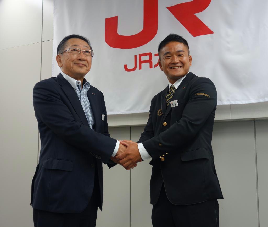 セーリング男子470級で東京五輪代表に内定したJR九州の外薗潤平氏(右)と青柳俊彦社長