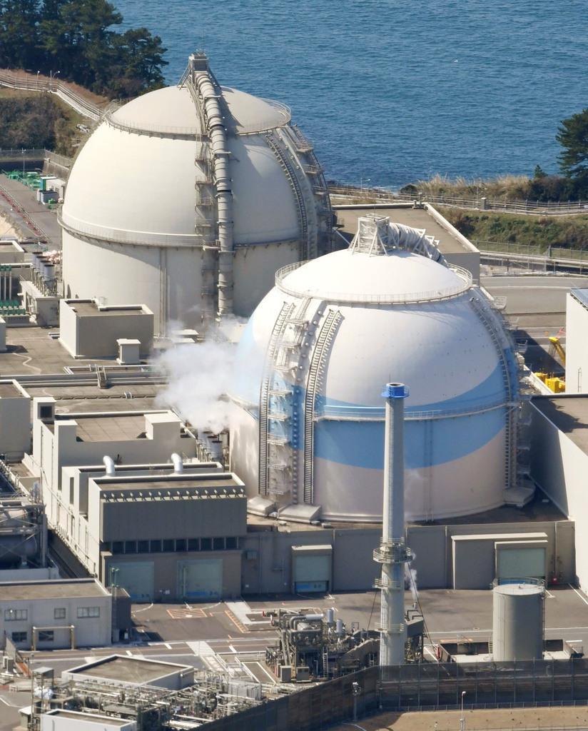 佐賀県玄海町の九州電力玄海原発3号機(手前)と4号機=2018年3月