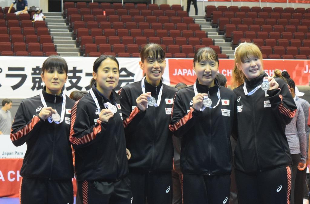 準優勝し、銀メダルを掲げる日本Aチームの5人。左から、天摩由貴選手、高橋利恵子選手、小宮正江選手、若杉遥選手、欠端瑛子選手
