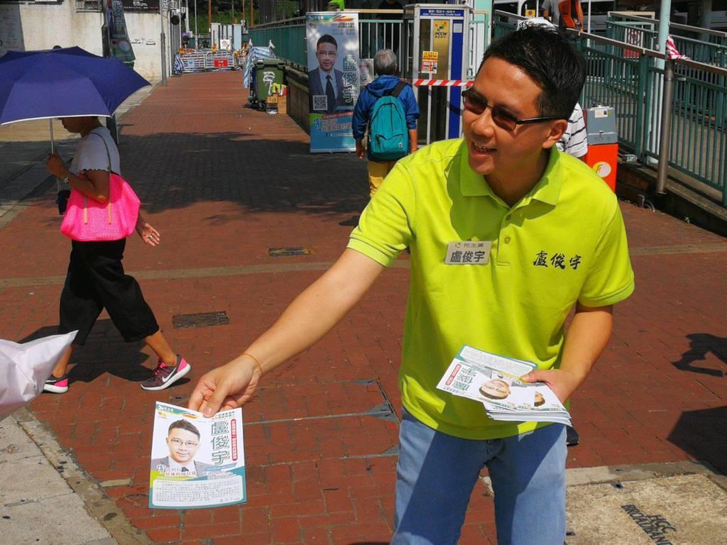 香港・新界地区西部の屯門区で支持を呼びかける区議会選に立候補した廬俊宇氏。政府への抗議活動にもたびたび参加する民主派だ(森浩撮影)