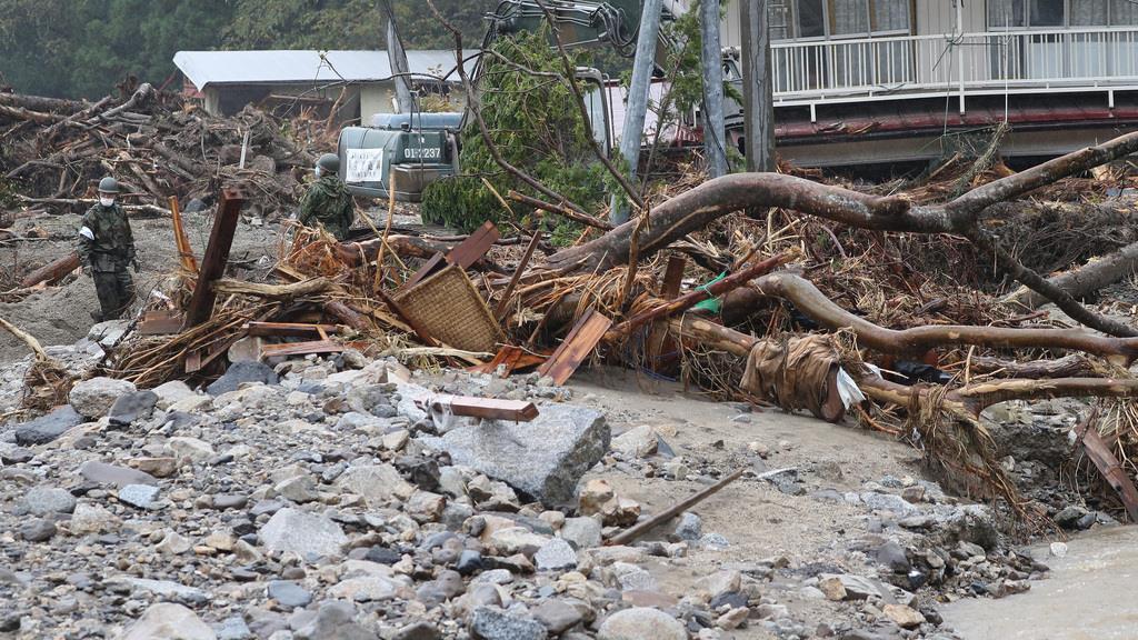 【台風19号】降り注ぐ雨、ため息漏らす被災者「早く作業進めた…
