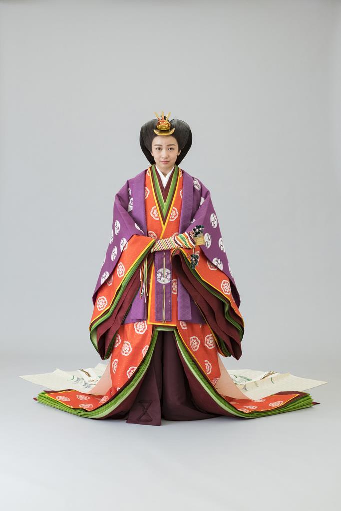 両陛下のご装束姿を公開 眞子さま、佳子さま初の十二単 , 産経