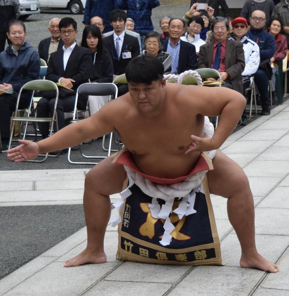 お祝いの土俵入りを披露したアマチュア相撲世界一の五十嵐敦選手=22日、盛岡市