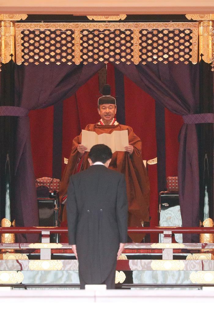 「即位礼正殿の儀」に臨まれる天皇陛下と皇后さま=22日午後1時14分、宮殿・松の間