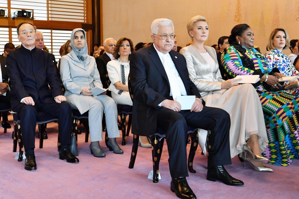 「即位礼正殿の儀」に参列した海外からの賓客。手前はパレスチナ自治政府のアッバス議長。左端は中国の王岐山国家副主席=22日午後0時44分、宮殿・長和殿(代表撮影)