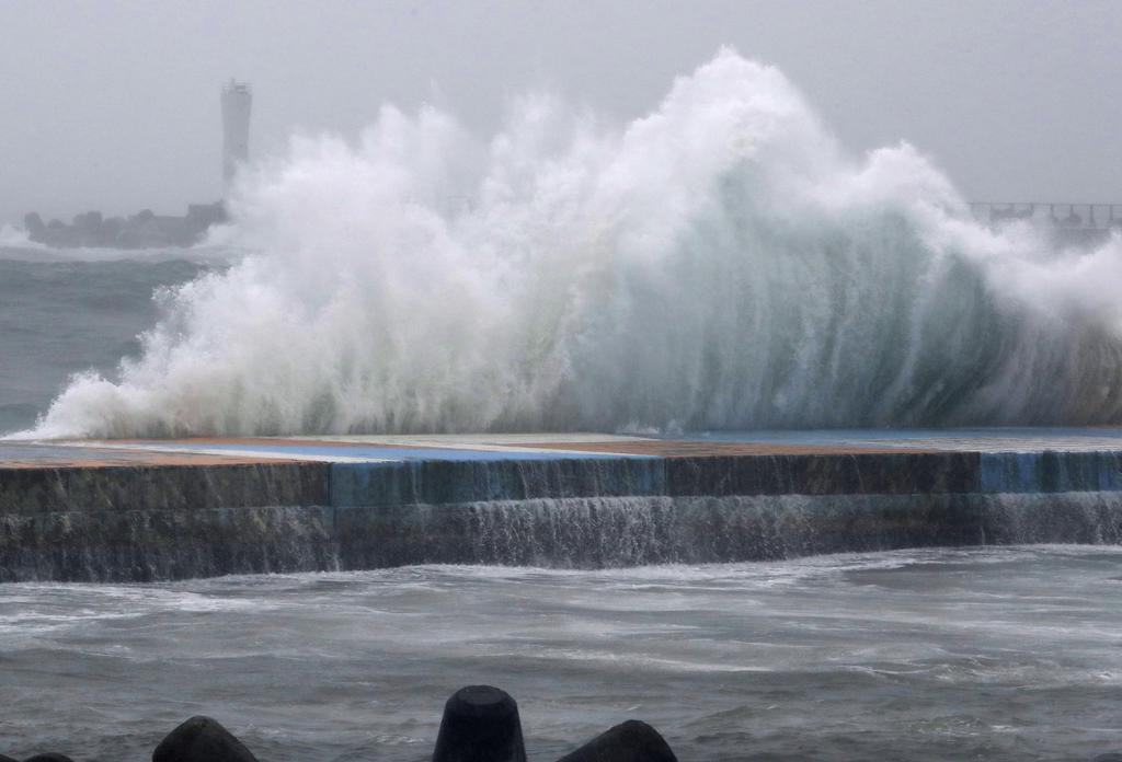 台風21号、東日本沖へ 25日は警報級の高波か