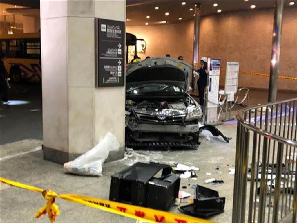 バスターミナルでタクシー突っ込み3人けが 大阪・上本町