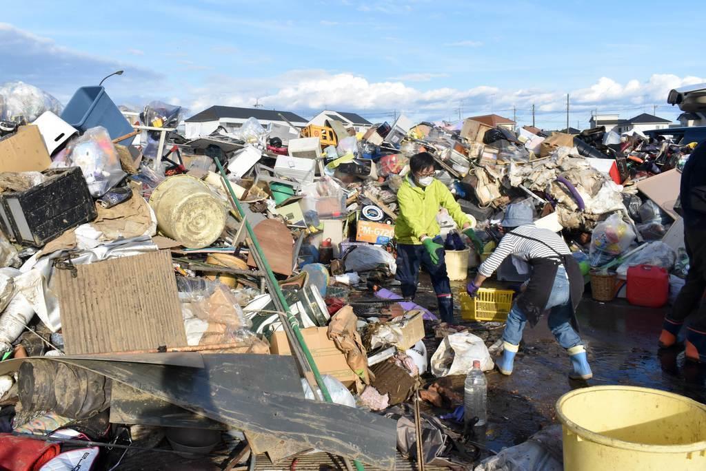 災害ごみがうずたかく積まれた仮置き場=10月、栃木市川原田町の市総合運動公園