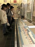 昭和のご即位、絵巻物に見入る 下関・赤間神宮