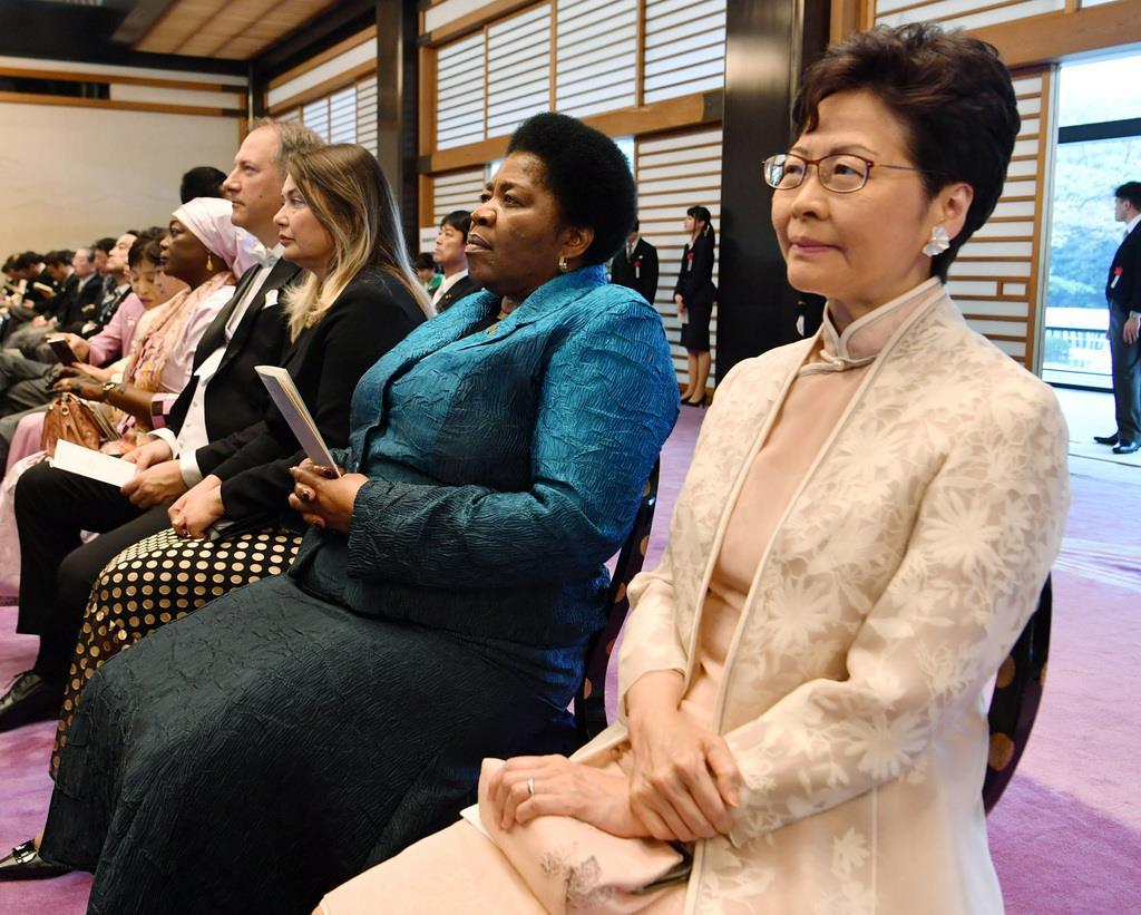 香港行政長官が即位儀式でスマホ操作? 現地メディアが批判 長官