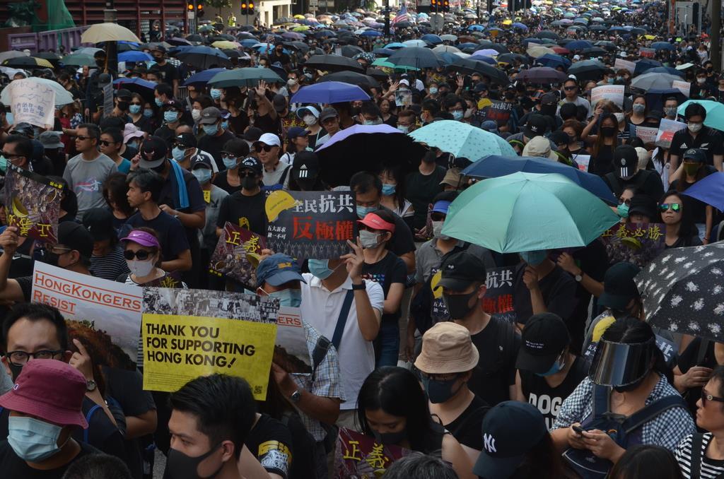 繁華街の尖沙咀(チムサーチョイ)での大規模デモ=20日、香港・九龍半島(森浩撮影)
