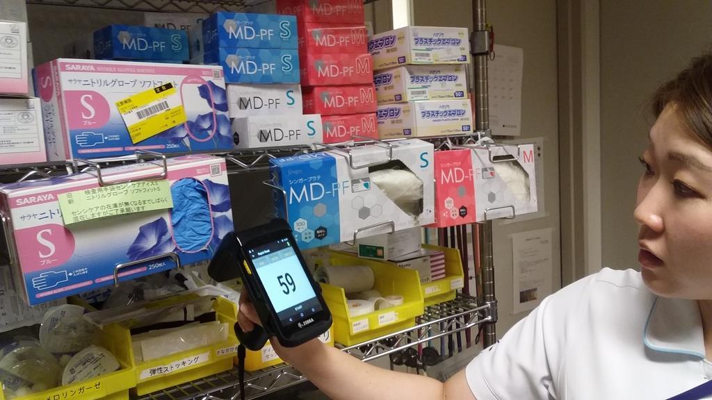 スキャニング用のスマートフォンで医療材料の棚卸し作業も短時間で可能に。バーコードを一つずつ読み取っていた作業量が大幅に軽減される=23日、大阪市北区(田村慶子撮影)