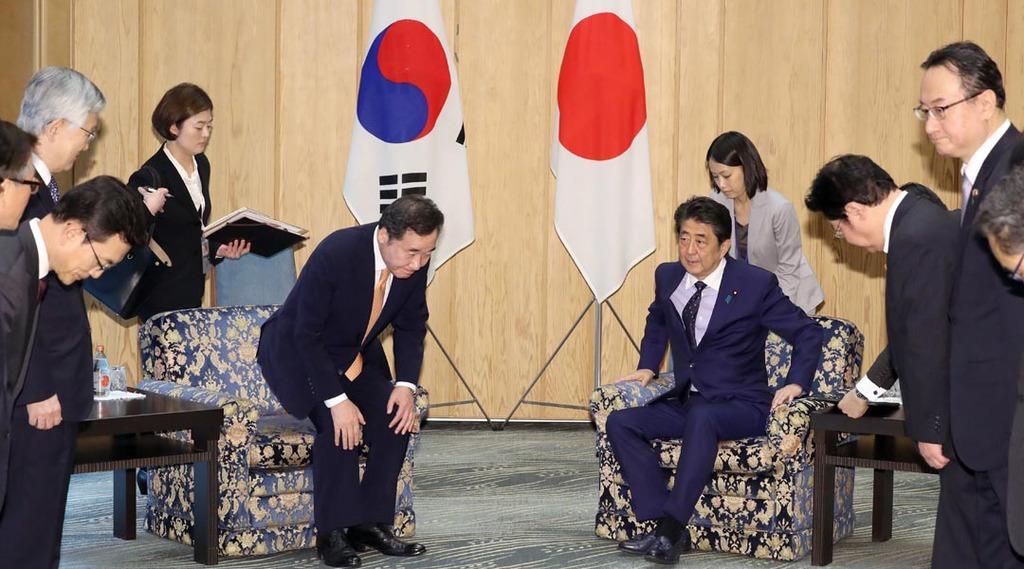 会談に臨む韓国の李洛淵(イナギョン)首相(左)と安倍晋三首相=24日午前、首相官邸(春名中撮影)