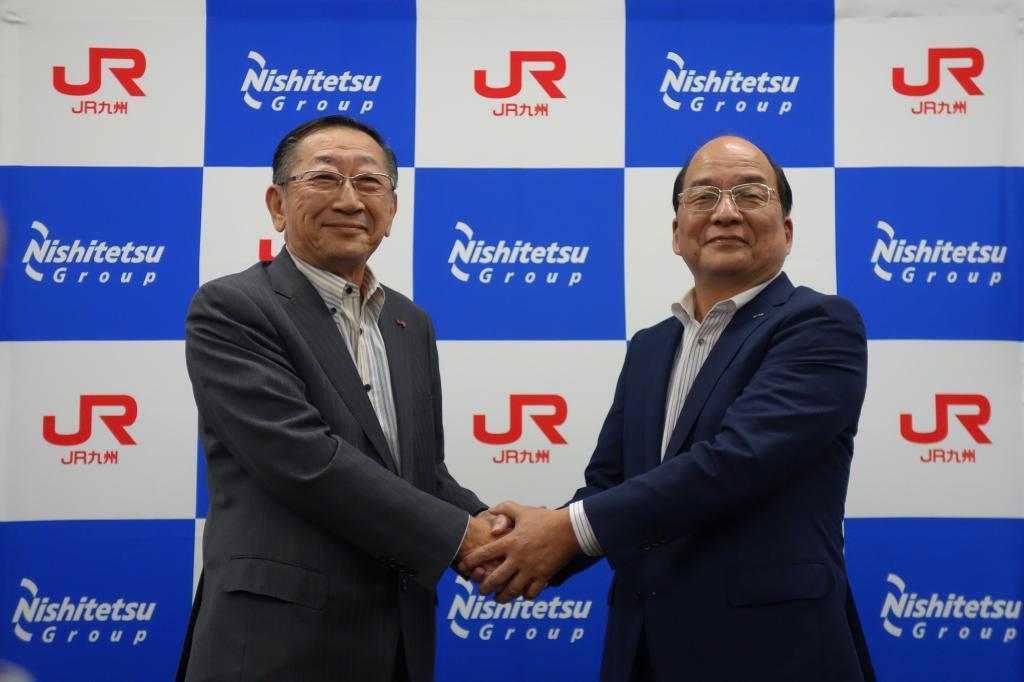 握手するJR九州の青柳俊彦社長(左)と、西日本鉄道の倉富純男社長