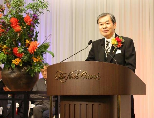 祝賀会であいさつする西日本シティ銀行の久保田勇夫会長