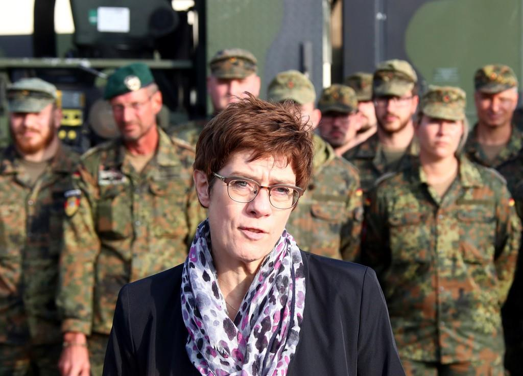 ドイツ陸軍部隊を視察したクランプカレンバウアー国防相=23日、エアフルト(ロイター)