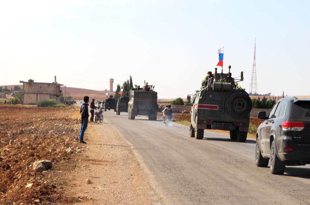 シリア北部の町アインアルアラブ(クルド名コバニ)に展開するロシア軍憲兵隊=23日、シリア北部のコバニ(AP)