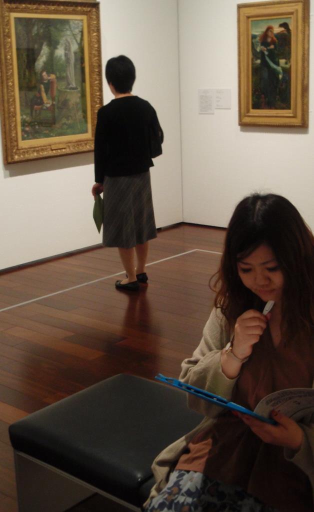 ラファエル前派同盟の名画に囲まれ「謎解き」に挑む女性。作品をきっかけに解答を導き出す =大阪市阿倍野区の「あべのハルカス美術館」