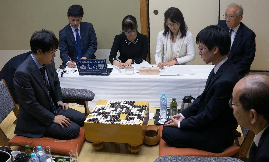 王座戦第1局で挑戦者の芝野虎丸名人(右)が井山裕太王座(左)に先勝し、報道陣の取材に応じた=25日午後、大阪市北区
