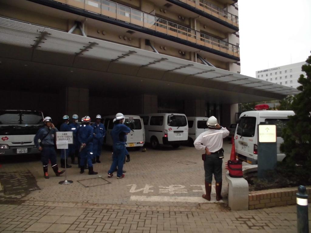 台風19号で浸水被害を受けた武蔵小杉のタワーマンションでは、東京電力などの職員も駆けつけて復旧を急いだ=15日、川崎市中原区