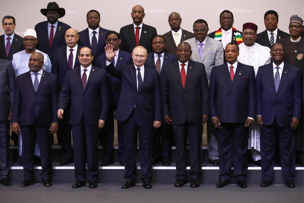 24日、ロシア南部ソチで、アフリカ諸国の首脳らと記念撮影に臨むプーチン大統領(前列左から3人目)(タス=共同)