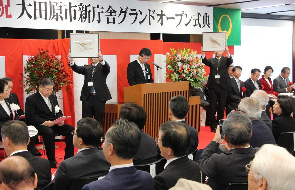 大田原市庁舎のグランドオープン式典。「市の鳥」も発表された=26日(伊沢利幸撮影)
