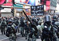 香港で警察の「暴力」批判デモ 衝突で催涙弾発射も