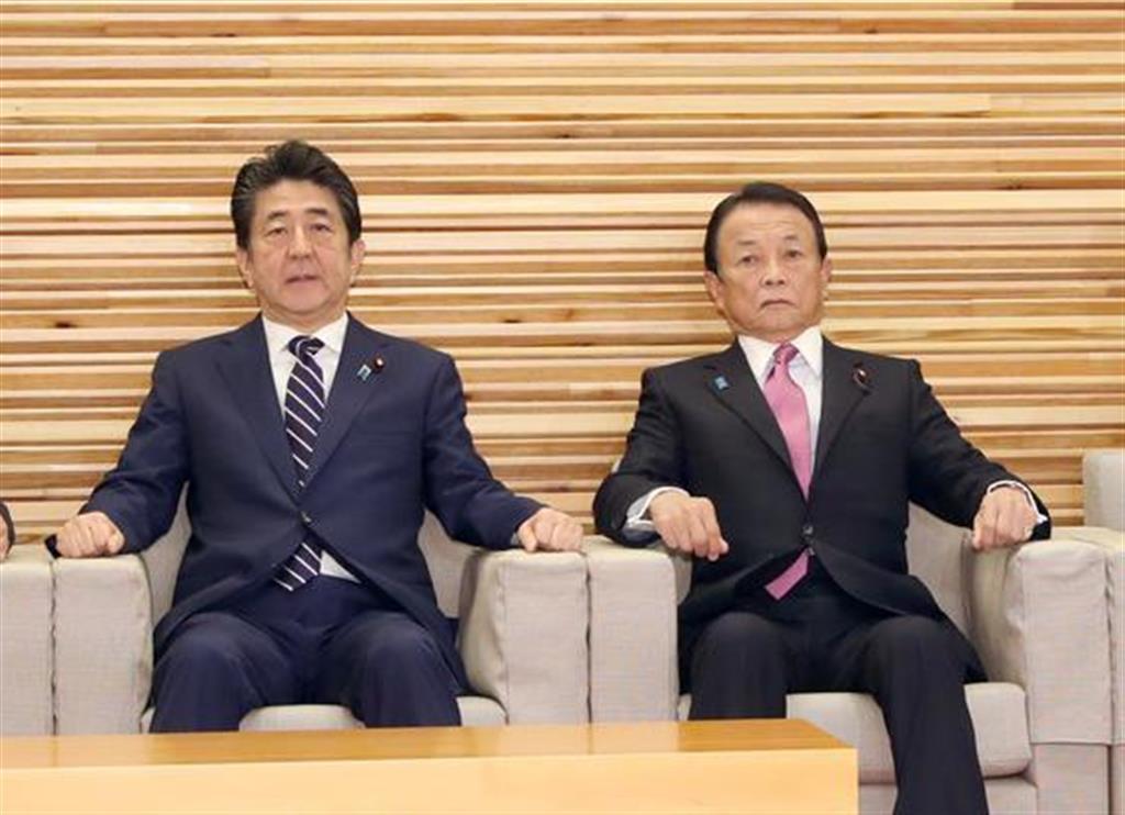 閣議に臨む、麻生太郎副総理兼財務相(右)=29日午前、首相官邸(春名中撮影)