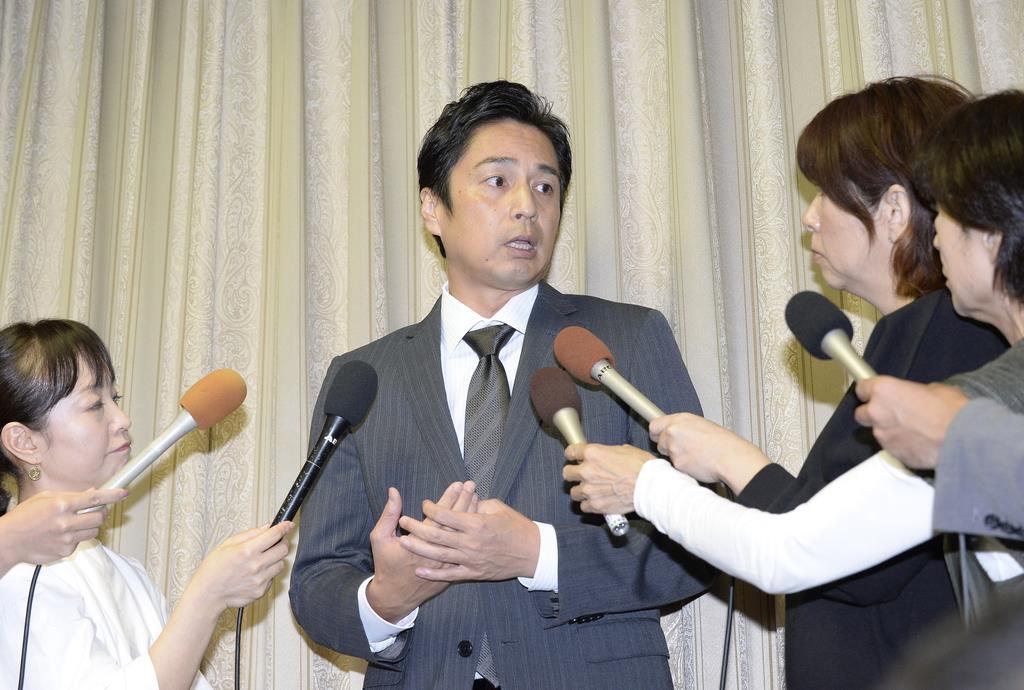 報道陣の取材に応じる徳井義実さん=23日午後、大阪市中央区(須谷友郁撮影)