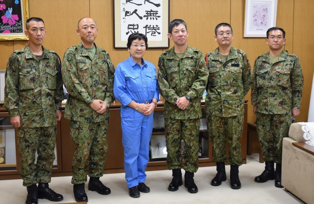 報告に訪れた陸上自衛隊宇都宮駐屯地の大山修司令(右から3人目)と大川秀子市長(左から3人目)=28日、栃木市役所