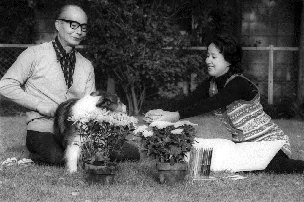 夫の映画監督・谷口千吉さん(左)と女優の八千草薫さん=1972年10月25日、東京都世田谷区の自宅