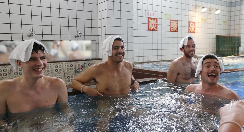 湯船に浸かって銭湯を楽しむ外国人観光客ら=4日午後、大阪市城東区のユートピア白玉温泉(寺口純平撮影)