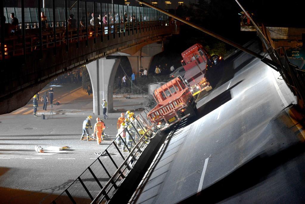 10月10日、中国江蘇省無錫で崩落した国道の高架橋(ロイター)