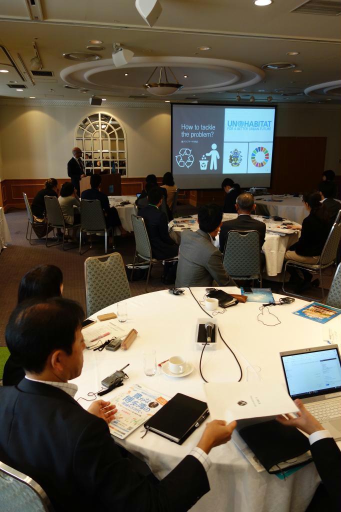 国連ハビタット福岡本部が開いた国際会議で、プラスチックごみ対策を議論する出席者