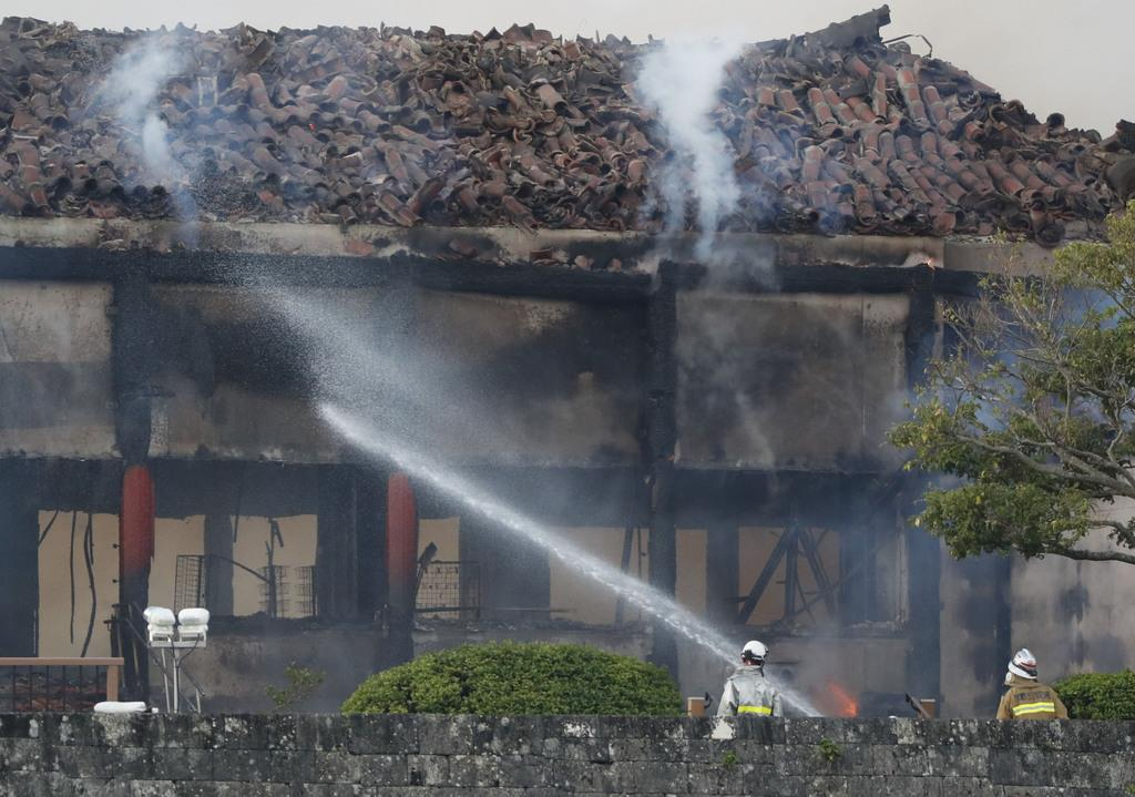 消火活動が続く首里城の北殿=31日午前6時57分、那覇市