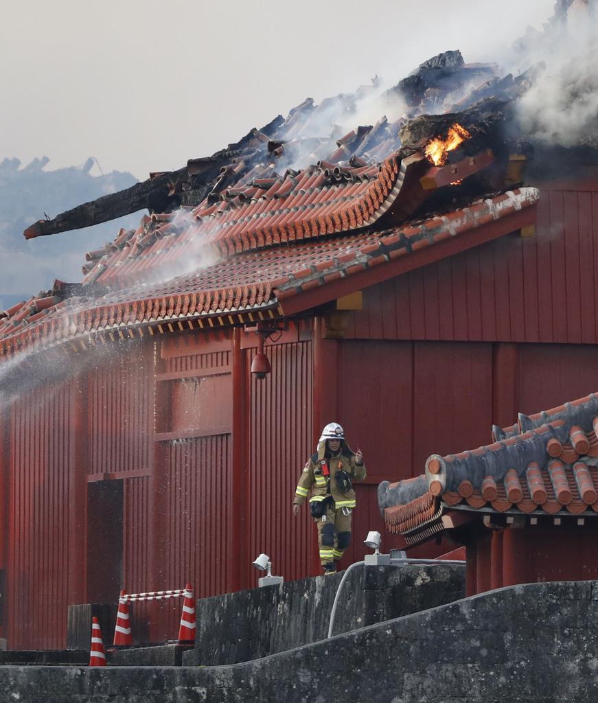 消火活動が続く首里城の北殿=31日午前7時7分、那覇市