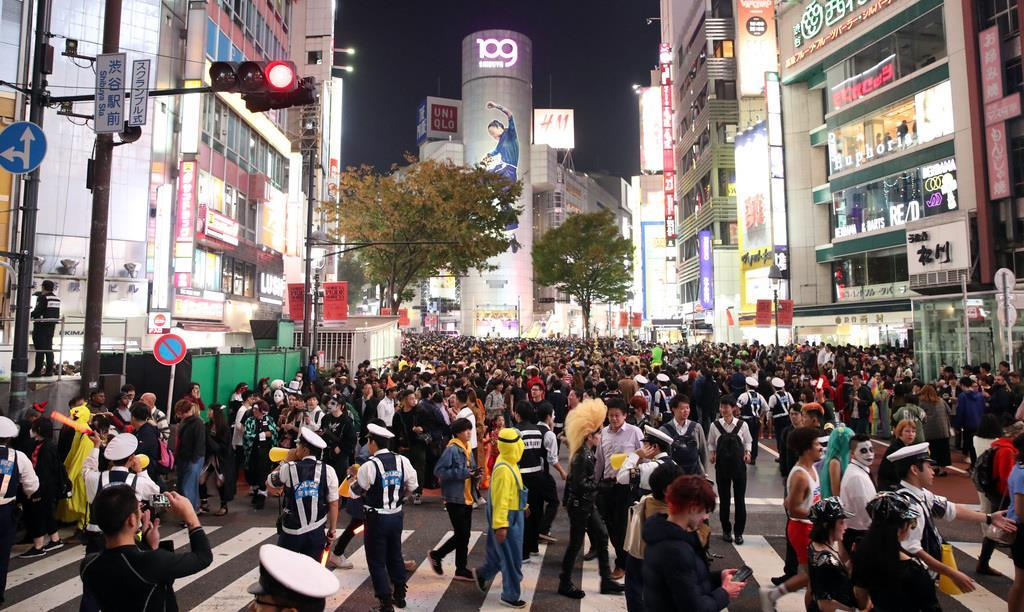 車両規制され、道路がハロウィンの仮装姿の人たちで混雑した東京・渋谷109付近 =31日午後、東京都渋谷区(佐藤徳昭撮影)