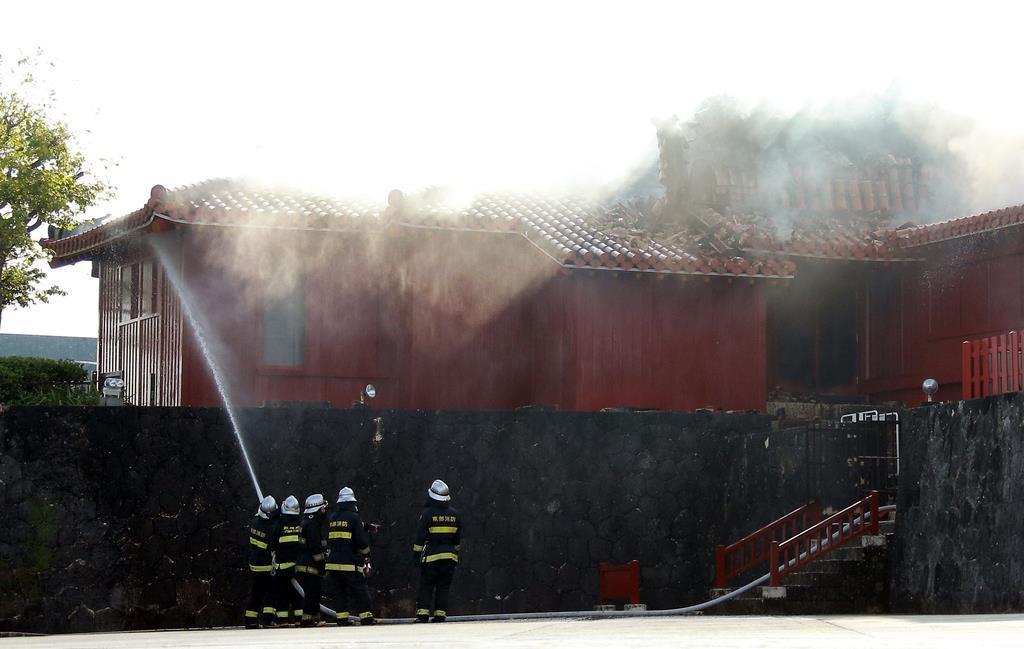 消火活動をする消防隊員=31日、那覇市の首里城