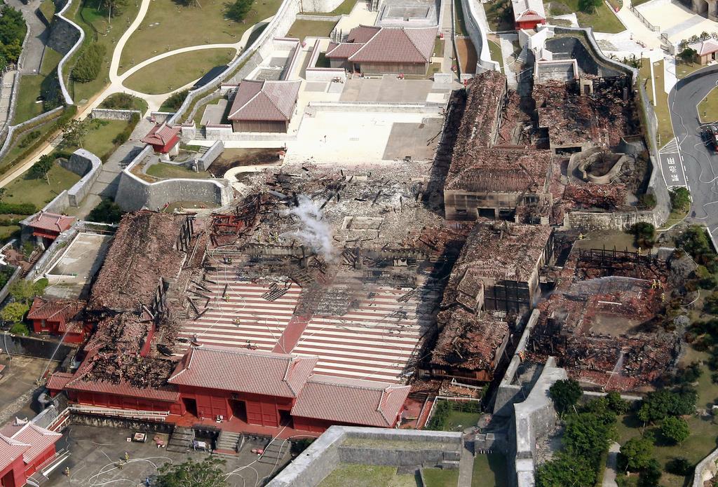 火災現場となった首里城。北殿(左)正殿(中央)南殿(右)奉神門(手前右の燃えてない建物)=10月31日13時32分、那覇市首里(本社チャーターヘリから、宮沢宗士郎撮影)