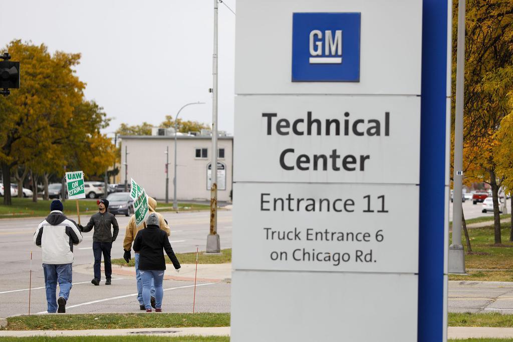 25日、米ミシガン州ウォレンにあるGMの拠点でスト終結の合意を待つ組合員(ゲッティ=共同)