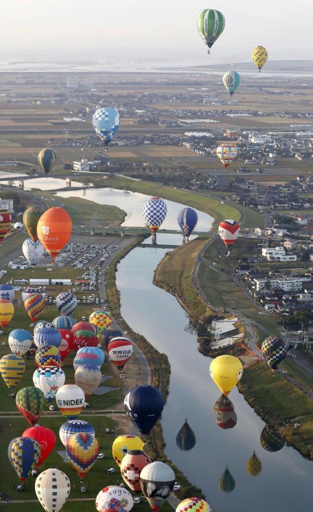 佐賀インターナショナルバルーンフェスタが開幕し、次々に浮上するカラフルな熱気球