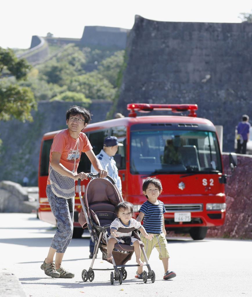 首里城が火災の影響で立ち入り禁止となり、引き返す観光客=2日午前、那覇市
