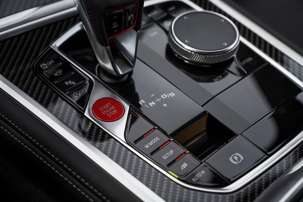 トランスミッションは8速Mステップトロニックを組み合わせる。Mモード・ボタンを操作すれば、ロード、スポーツ、トラックなどドライビング・アシスト・システムの介入度合いを選択できる。