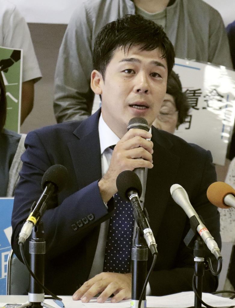 高知県知事選への立候補を表明する松本顕治氏=17日午後、高知市