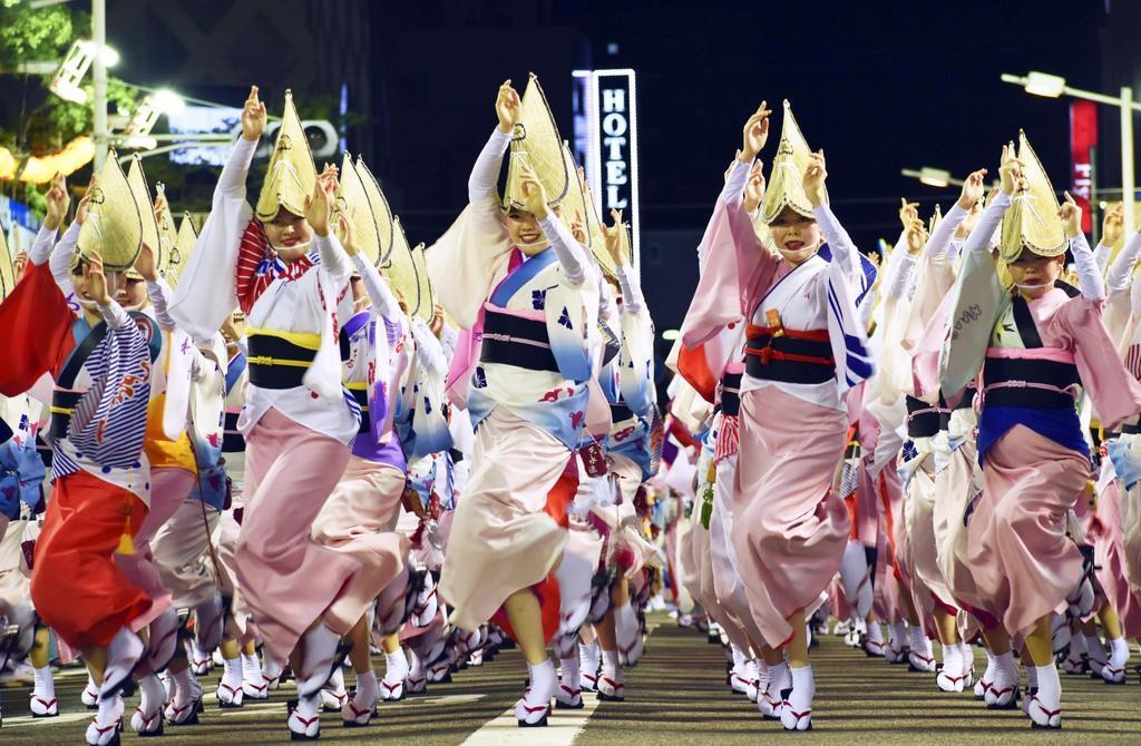 「阿波おどり」の総踊り=令和元年8月12日夜、徳島市